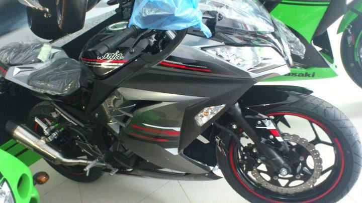 Spyshots of the 2013 Kawasaki Ninja 250R special edition