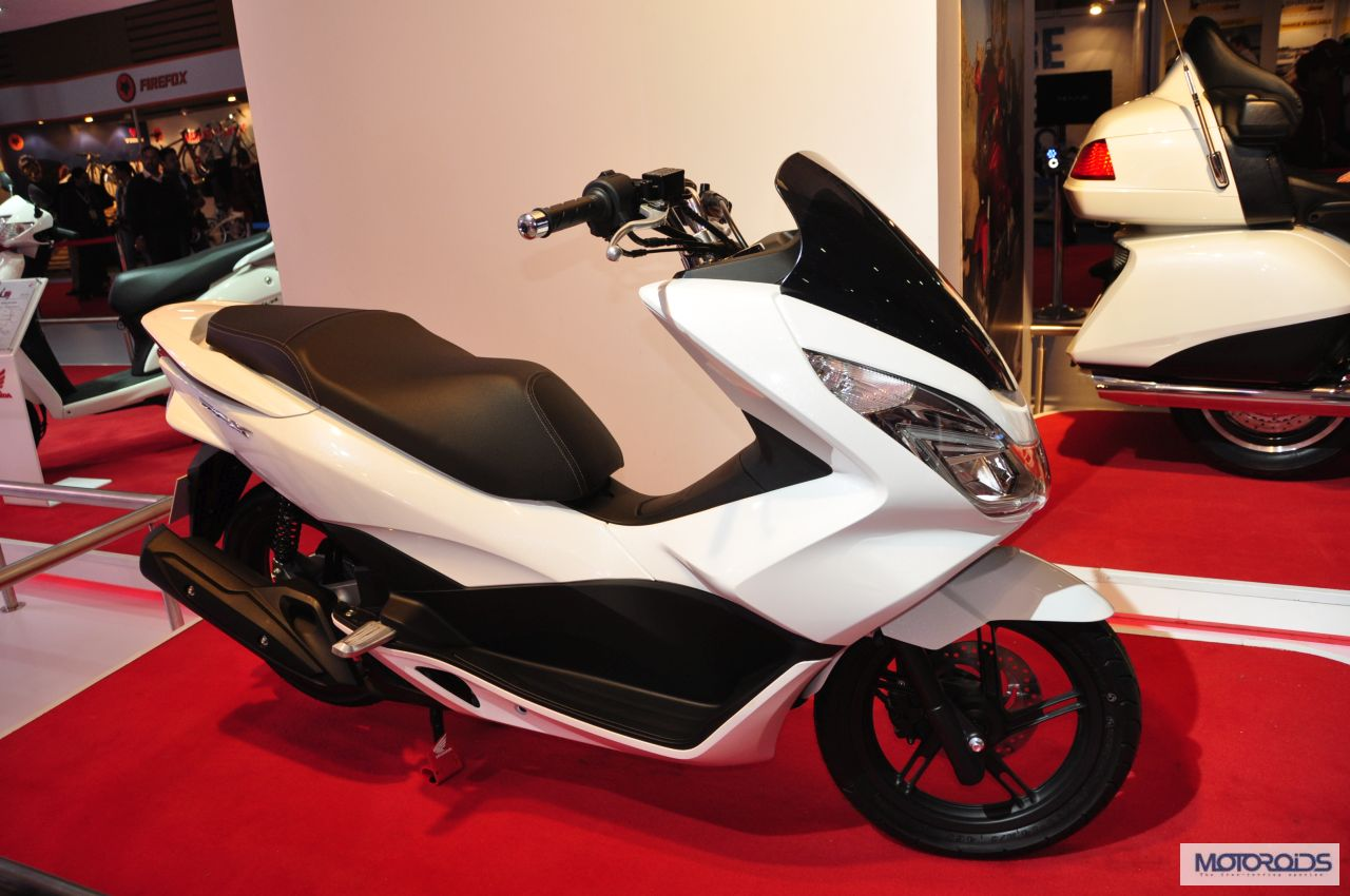 http://motoroids.com/wp-content/uploads/2014/02/honda-pcx-scooter-expo-images-2.jpg
